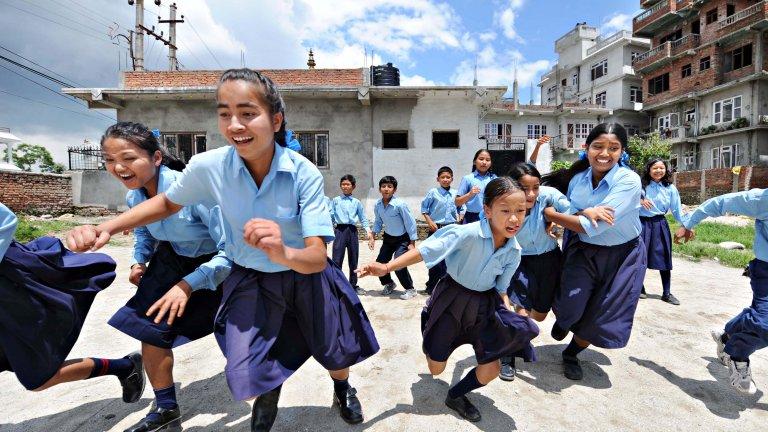 Skolebarn i lek i Nepal.