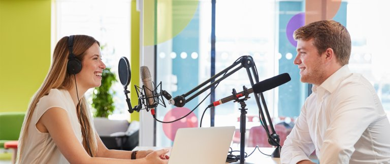 Young woman interviewing a guest in a studio for a podcast - foto monkeybusinessimages iStock